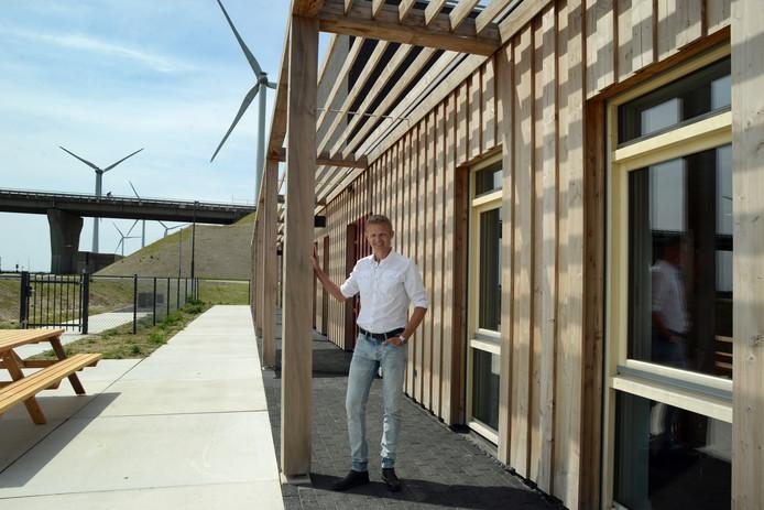 Architect Marco Bouwman voor de zuidgevel van het servicegebouw.