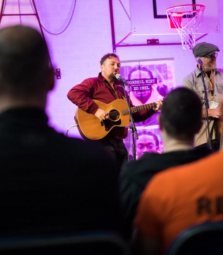 Tim Knol laat gevangenen glimlachen in Arnhemse Blue Band Bajes