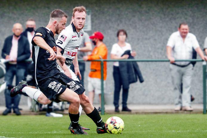 Nieuwkomer Christophe Janssens van SK Deinze aan de bal in het oefenduel tegen Petegem: wacht de linksvoetige voetballer een rol op het middenveld?