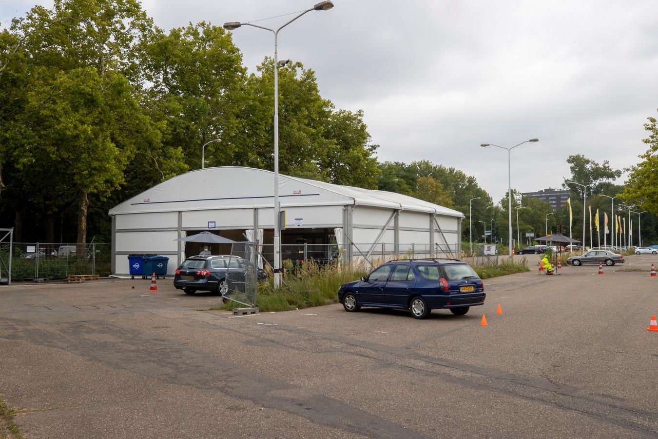 De corona-teststraat in Eindhoven in september. Inmiddels moeten mensen uit hun auto stappen voor een coronatest.