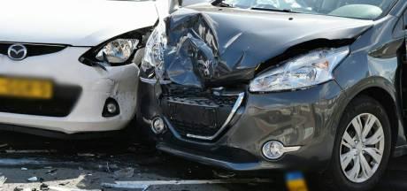 Gewonde en veel schade na aanrijding op Schouwinkstraat in Enschede