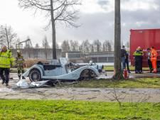 Testrit met auto van 140.000 euro eindigt in drama: auto total loss, bestuurder met spoed naar ziekenhuis
