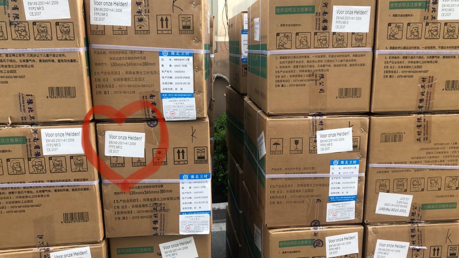 Dozen met mondkapjes staan te wachten om vanuit China naar Nederland vervoerd te worden.