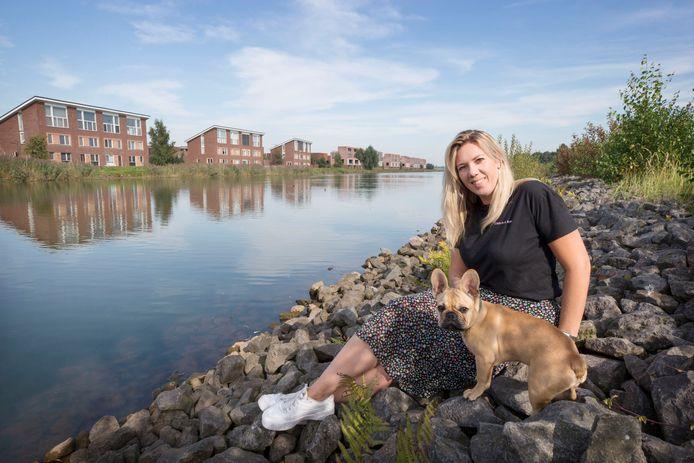 Nicole van Ginneken in haar wijk de waterdonken.
