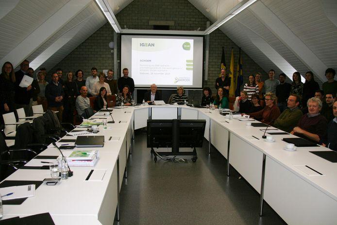 De vijf geselecteerde teams luisteren naar de wensen van het Stabroekse gemeentebestuur.
