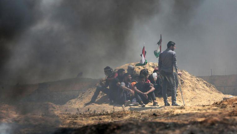 Palestijnse jongeren in de Gazastrook, begin deze maand tijdens een van de vrijdagse protesten in het kader van de Mars van de terugkeer. Beeld Getty Images
