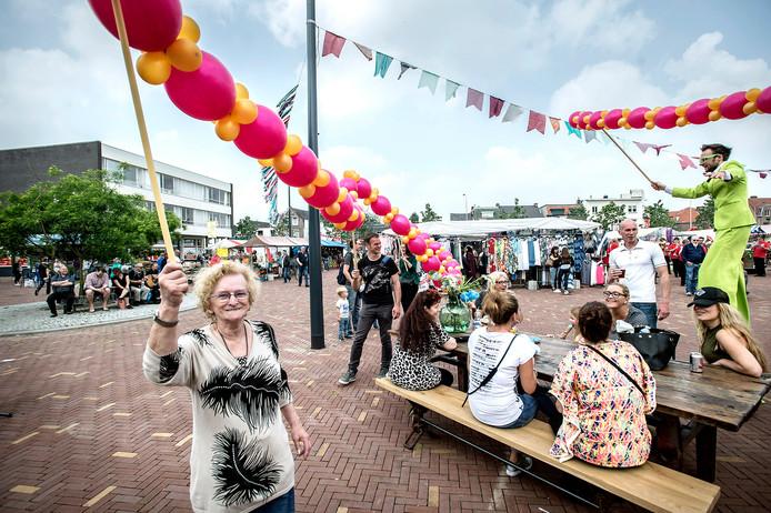 Een beeld van de feestelijke opening van de weekmarkt op het Jan Ingenhouszplein in Breda. De buurt is er blij mee, maar maakt zich wel zorgen over de parkeeroverlast die ermee gepaard gaat.