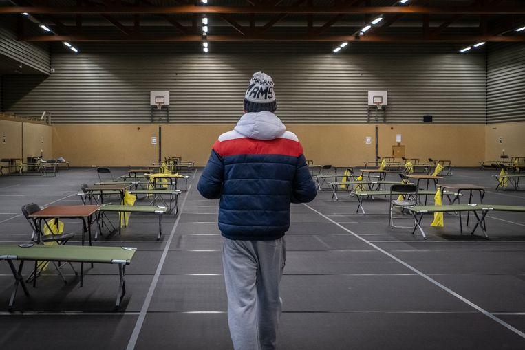 In de eerste lockdown werden sporthallen gebruikt voor noodopvang, zoals de Calandhal in Amsterdam-West.  Beeld Dingena Mol