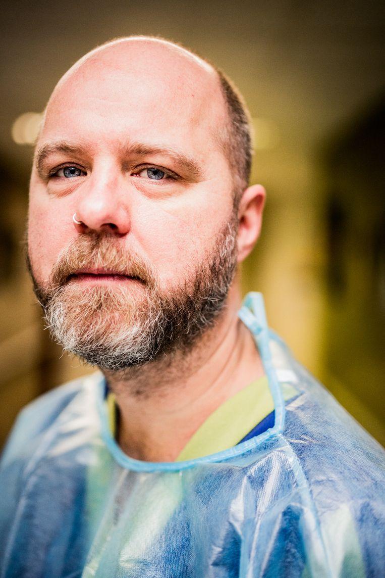 Vrijwilligers Sven Roef: 'Het is een berekend risico: dat ik besmet kan raken, neem ik er haast met plezier bij.' Beeld Wouter Van Vaerenbergh HUMO 2020
