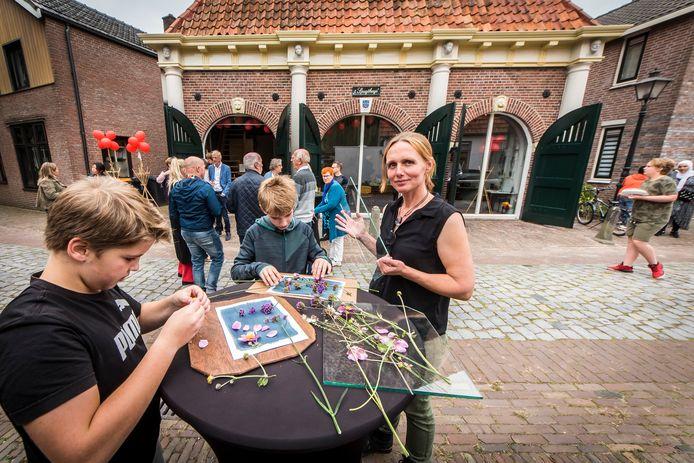 Karin Bosch (rechts) geeft een workshop aan Niels en Bjorn, met op de achtergrond 't Spuythuys zoals dat nu als Maakplaats 't Spuythuys een creatieve invulling krijgt.