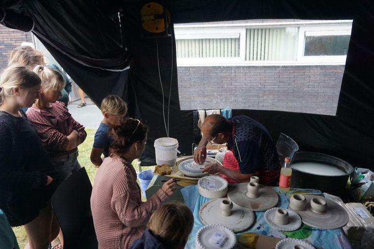 Er zijn ook workshops potten draaien, vlaggen drukken en schilden en zwaarden schilderen.