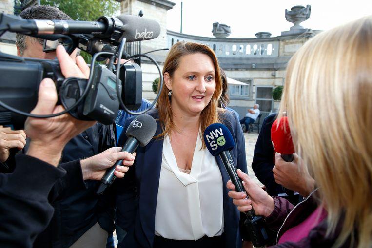 Gwendolyn Rutten (Open Vld) staat de pers te woord in Brussel. Beeld BELGA
