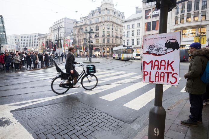De opvallende affiche met de overreden fietser. 'Maak plaats' is de naam van de actiegroep achter de campagne.