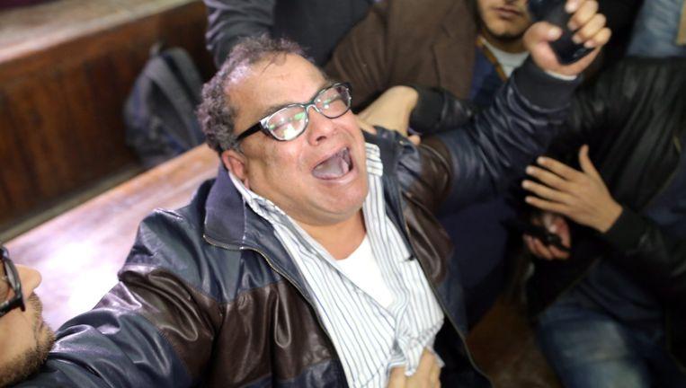 Een familielid van blogger Alaa Abdel Fattah uit zijn ongeloof bij het horen van het verdict: een celstraf van vijf jaar voor acties voor democratie.