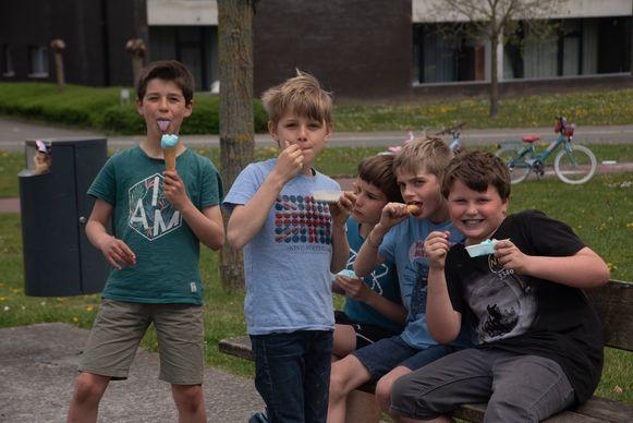De Jeugdgemeenteraad trakteerde alle kinderen op ijsjes op de Buitenspeeldag in Melle.