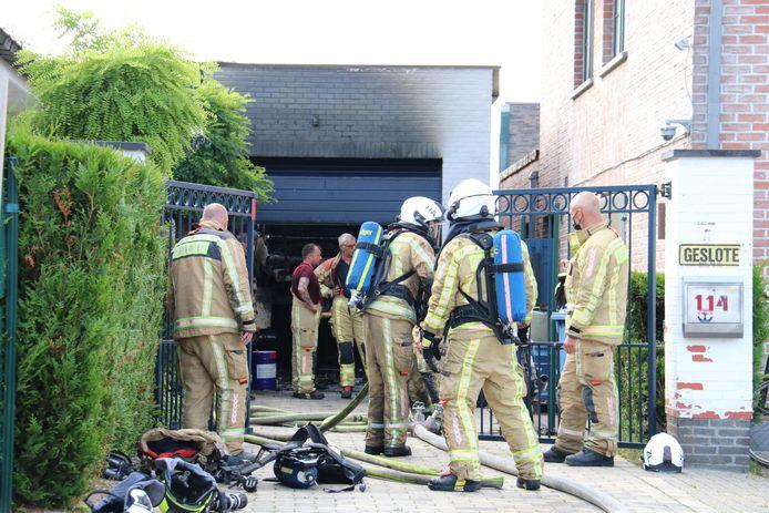De garage ging volledig in vlammen op, maar niemand raakte gewond.