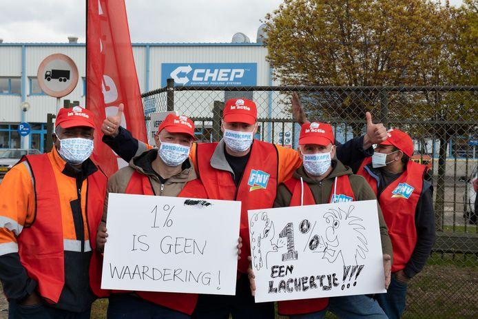 Werknemers van CHEP in Tiel onderbraken maandag 19 april om 13.00 uur voor twee uur hun werk voor een betere cao.