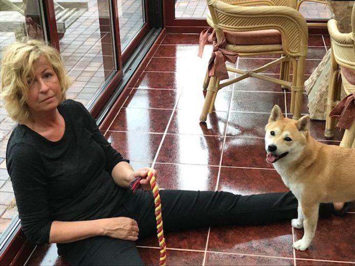 Nora en haar hondje Jade.