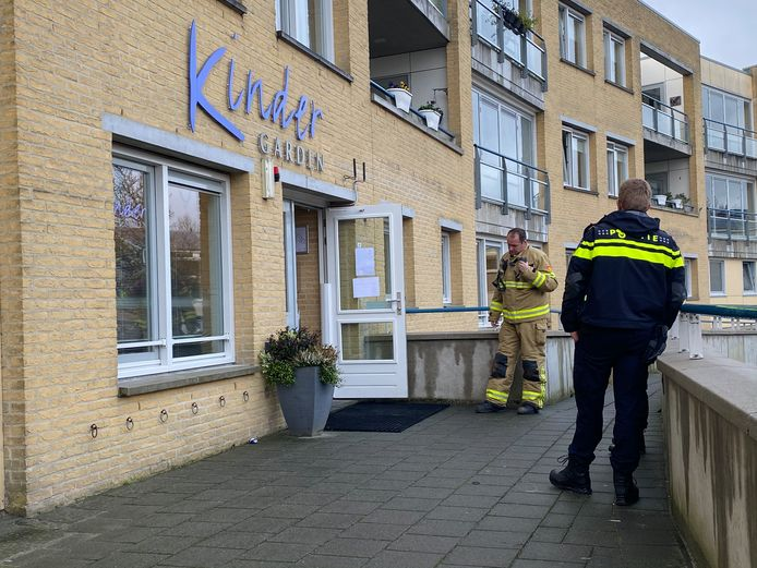 Brandweer en politie werkten vanmorgen samen bij Kinderdagverblijf Kindergarden om de oorzaak van een vreemde lucht te achterhalen.