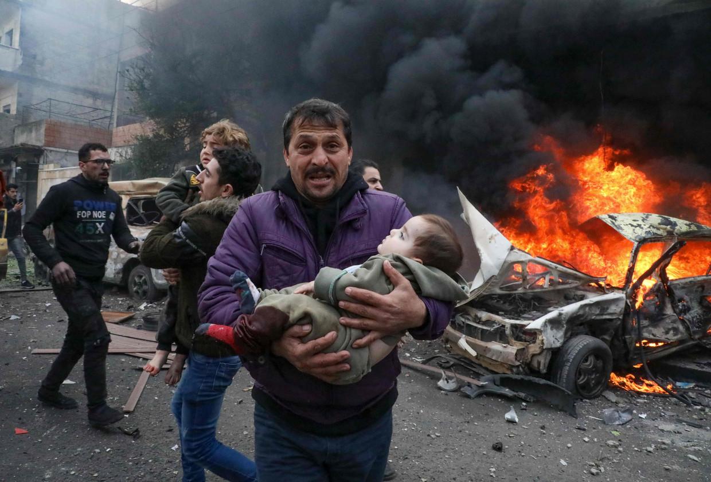 Eind januari van dit jaar. Kinderen worden weggedragen na een explosie in de stad Azaz, in een door rebellen gecontroleerd gebied in de provincie Aleppo.