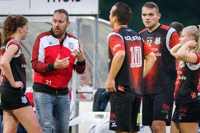Edwin Bouwman praat met zijn spelers tijdens de wedstrijd tegen Blauw-Wit. De coach heeft een probleem met aanvoerder Max Malestein.