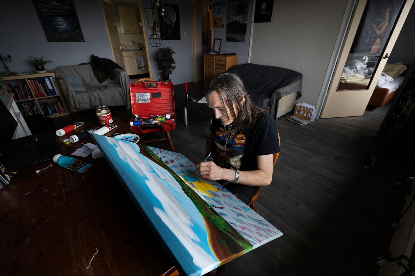 Na een half leven drugsverslaving schildert Erik Charles Bogers nu vanuit zijn appartement in Veldhoven.