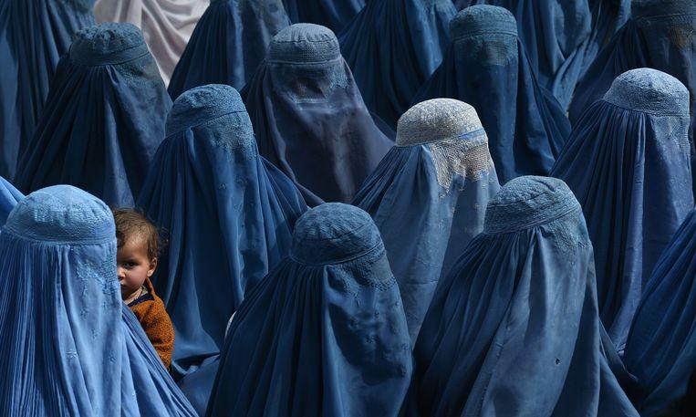 Tussen supporters van presidentskandidaat Abdullah Abdullah op een rally in Jalalabad ook een moeder met kind (2014).  Beeld AFP