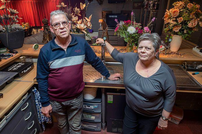 Ad en Carla van Laarhoven achter de tap van hun zaal La Plaza, die inmiddels al als woning wordt ingericht.