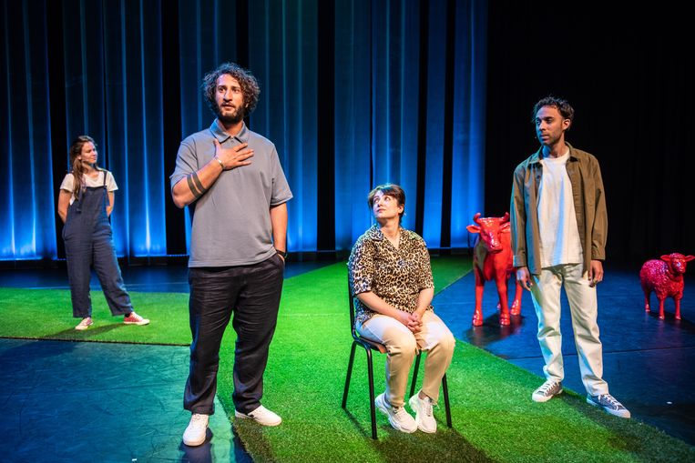 'George & Eran worden veganisten', met vanaf links Eline van Gils, George Tobal, Nazanin Taheri en Eran Ben-Michaël. Beeld Bart Grietens