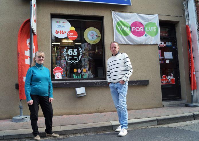 Rik Flamand en zus Mia voor de winkel. Aan het raam hangt nog '65 jaar', maar binnenkort zal dat naar 70 aangepast worden.