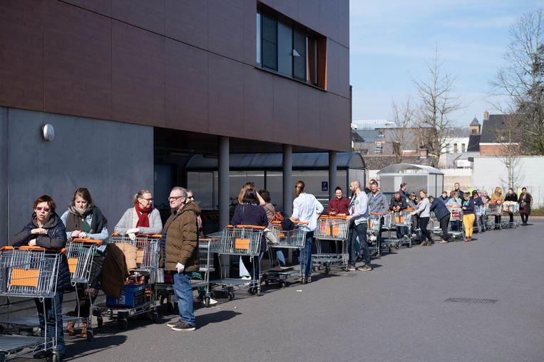 Een lange rij klanten aan de Colruyt op Pasbrug.