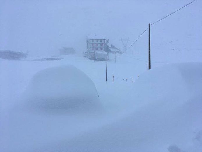 Op de Stelvio in Italië is het zoeken naar de auto. Er is daar al bijna 2 meter sneeuw gevallen.