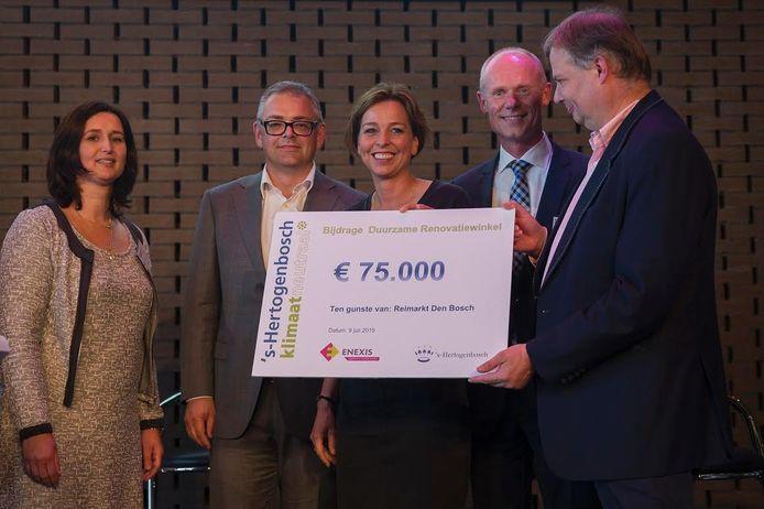 Winnares Ellen van Acht en haar collega's van de Reimarkt met de geldprijs.