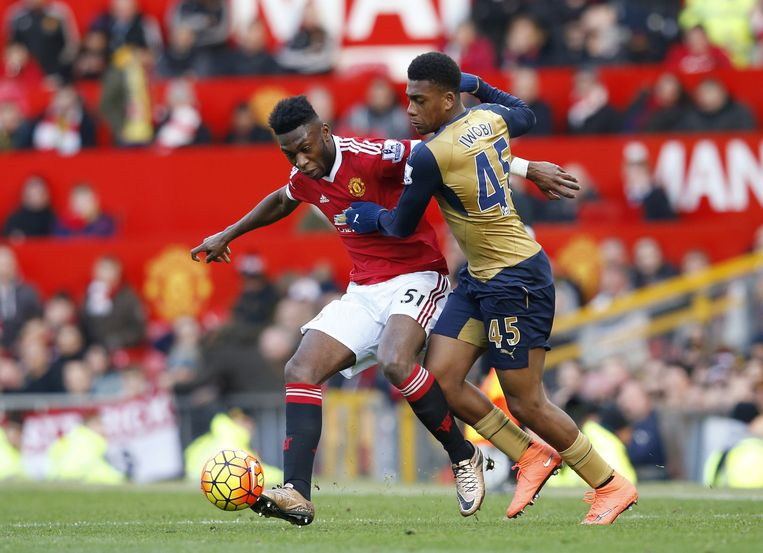 Manchester United's Timothy Fosu-Mensah en Arsenal's Alex Iwobi in actie Beeld null