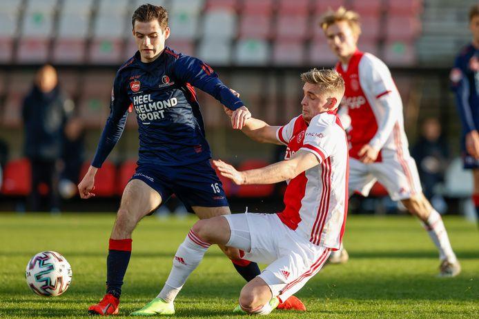 Helmond Sport-middenvelder Sander Vereijken (l) in duel met Jong Ajax-middenvelder Kenneth Taylor.