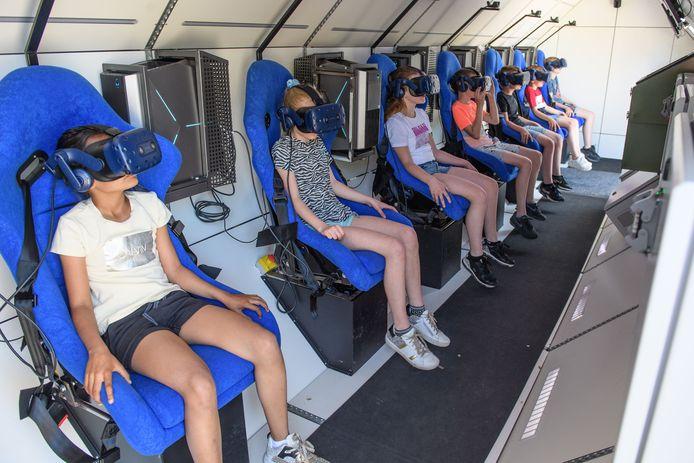 Leerlingen uit groep 7 van basisschool de Morgenster in Wierden beleefden dinsdag de reis van hun leven in de Spacebuzz.