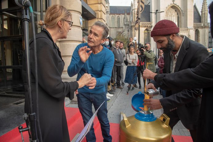 Acteur Frank Focketyn schenkt zijn zaad 'voor de kunst en de wetenschap tijdens De Processie in Gent aan het gezelschap Action Zoo Humain