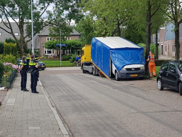 In de Alex Willemsstraat in Winssen is een wit busje meegenomen voor onderzoek naar mogelijke betrokkenheid bij de dodelijke schietpartij in Beuningen eerder op maandag