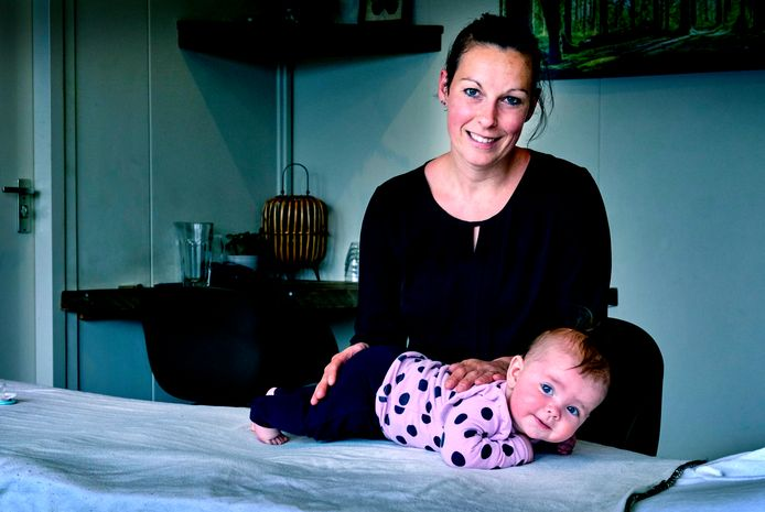 """Babymasseur Maran Vlot: Ook op haar 6 maanden oude dochter Loa past ze de technieken graag toe. ,,Al heb je voor pasgeboren baby's andere technieken, dan voor oudere baby's."""""""
