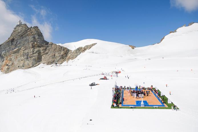 Op 14 september speelden basketballers met NBA-ster Tony Parker een potje op de Aletsch-gletscher op 3454 meter hoogte.