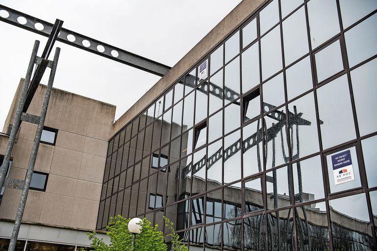 Het verlaten kantoorpand in Amstelveen waar daklozen een tijdelijke woning hebben. Beeld Guus Dubbelman / de Volkskrant