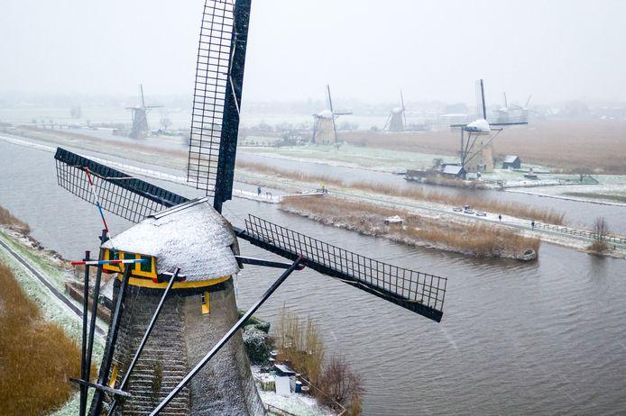 Een dronefoto van sneeuwval bij de molens van Kinderdijk.