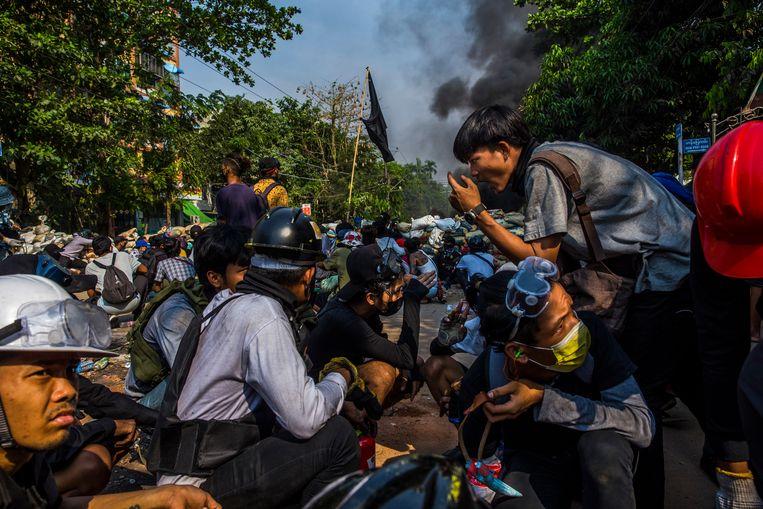 Demonstranten in Yangon bereiden zich voor op een confrontatie met de strijdkrachten van de junta. Beeld NYT