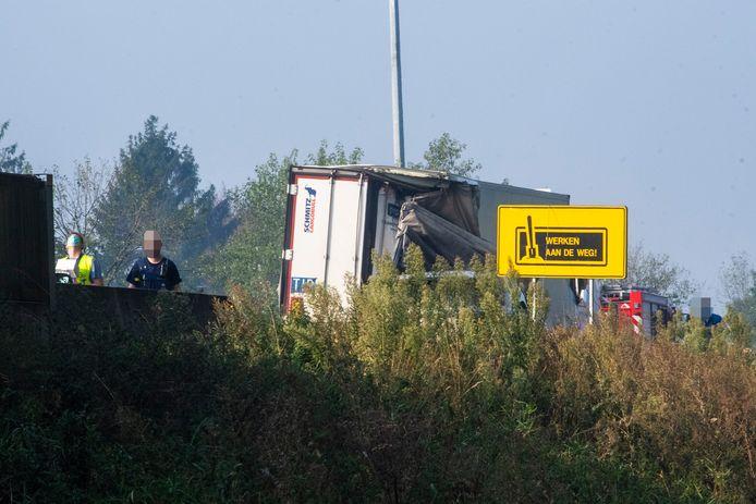 Eén vrachtwagen kantelde in de berm nadat hij inreed op deze stilstaande vrachtwagen.