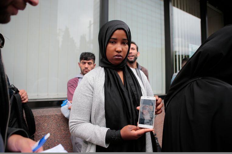 ► Onder de vluchtelingen zouden zich zo'n 25 vrouwen bevinden. Beeld Jan De Meuleneir - Photo News