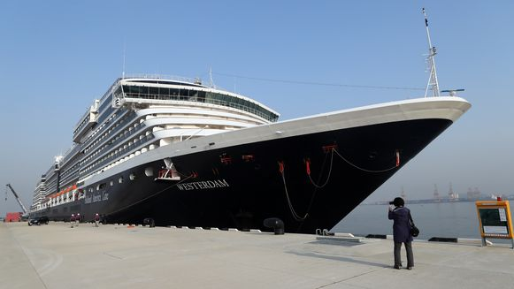 Het schip, dat vaart onder Nederlandse vlag, was van de zuidkust van Vietnam richting Thailand onderweg. De Westerdam kreeg gisteren te horen dat het mocht aanmeren in een haven nabij Bangkok, maar die toestemming werd vandaag weer ingetrokken.