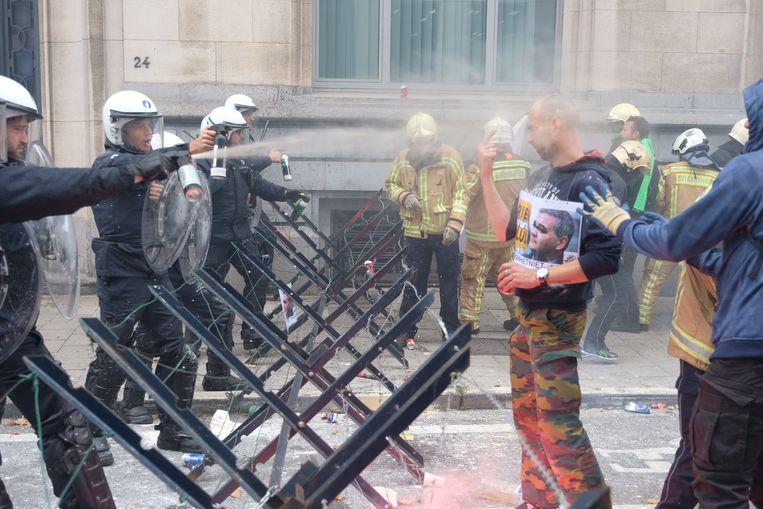 De politie moest traangas inzetten. Beeld Marc Baert