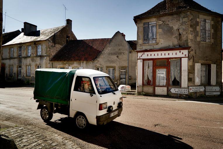 Het dorpscentrum van Saint Réverien ligt er verlaten bij.  Beeld Eric de Mildt