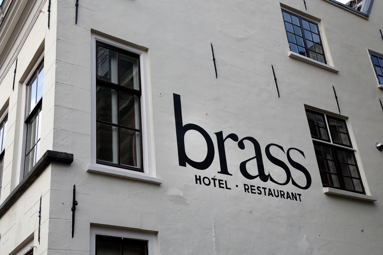 Restaurantnamen, huisnummers. Veel van de muurletters komen van de hand van Dirk Gentenaar.