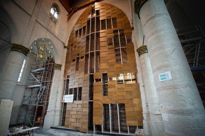 Scheidingswand bijna af in Abt Kerk Terheijden.